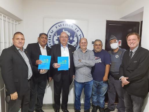 São Paulo – Presidente da API, recebe livro escrito pela Presidente da ABRAPEC