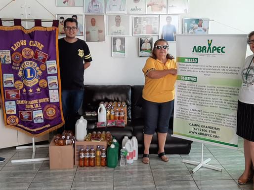 Integrante do Lions Club Campo Grande realiza doação à ABRAPEC