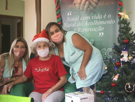 Atibaia – ABRAPEC realiza entrega de cestas natalinas a pessoas em tratamento do câncer.