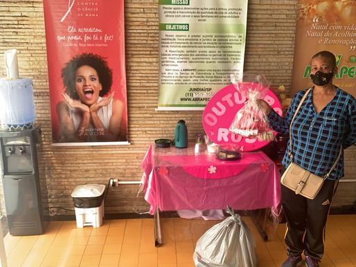 Jundiaí – Outubro Rosa, mulheres atendidas pela ABRAPEC receberam o Kit Rosa.