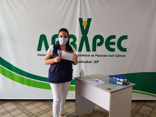 Em 2020 a ABRAPEC realizou a entrega de 6.955 unidades de máscaras faciais e álcool em gel.