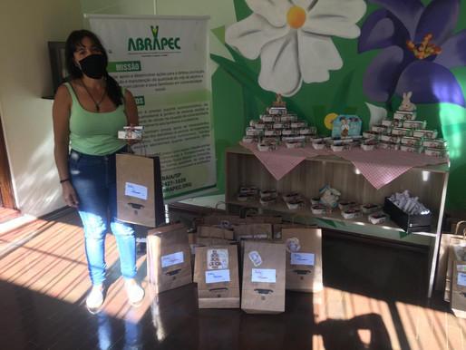 Atibaia – ABRAPEC realiza a entrega de Kit Páscoa para pessoas em tratamento do câncer