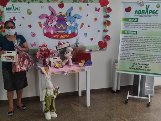 São Paulo – ABRAPEC realiza entrega de Kit de Páscoa  para pessoas em tratamento do câncer.