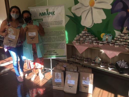 Atibaia – ABRAPEC recebeu doação de sacolinhas de Páscoa doadas por voluntárias.