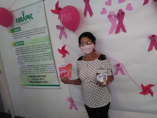 Ribeirão Preto – Mulheres atendidas pela ABRAPEC receberam kit informativo sobre o CA de Mama.