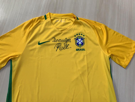 Ribeirão Preto - Pelé autografou camisa da seleção brasileira de futebol que em breve será leiloada.