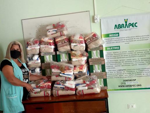 Jundiaí – Supermercado Paulistão realiza doação de cestas básicas e leite longa vida para a ABRAPEC.