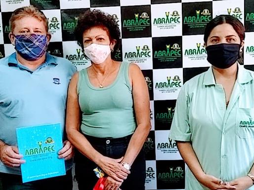 Campo Grande–Casal visita a ABRAPEC e se emocionam ao conhecer o trabalho social realizado...