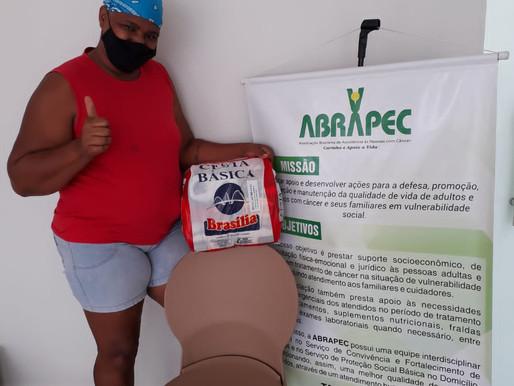 Taguatinga – ABRAPEC realiza entrega de cestas básicas a pessoas em tratamento do câncer.