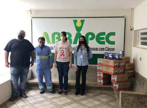 Jaboticabal – Net Barretos realizou doação de 200 litros de leite entregues aos atendidos da ABRAPEC