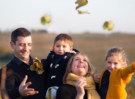 Une séance famille Lifestyle aux douces couleurs automnales