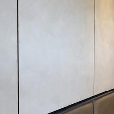 床頭收納櫃門板以樂土手工鏝抺,呈現職人的手作手感,質樸有力。