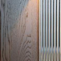 入口玄關實木與直紋玻璃氣質搭配。