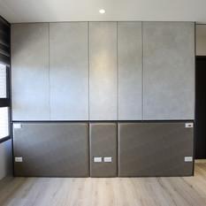 主臥床頭收納櫃與床頭板