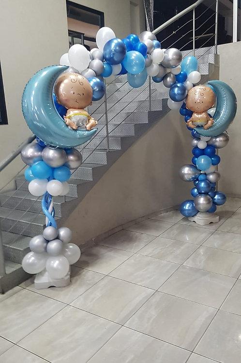 קשת בלונים בכחול, כסף ולבן לתינוק