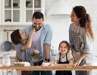 familia-feliz-cocinando.png