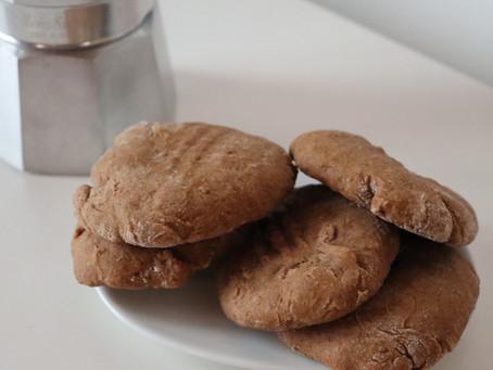 Biscotti vegani senza zucchero al caffè d'orzo e cannella.