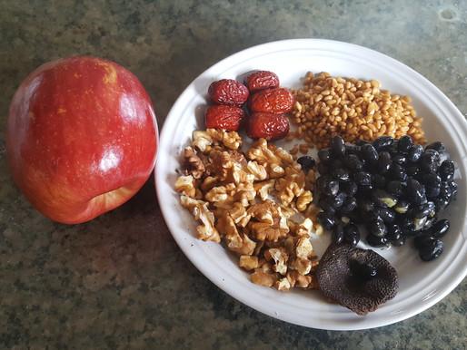 蘋果黑豆核桃麥米湯 – 健脾補腎、養心寧神、烏髮潤膚、防治失眠及神經衰弱