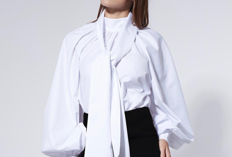 Белая блузка с галстуком
