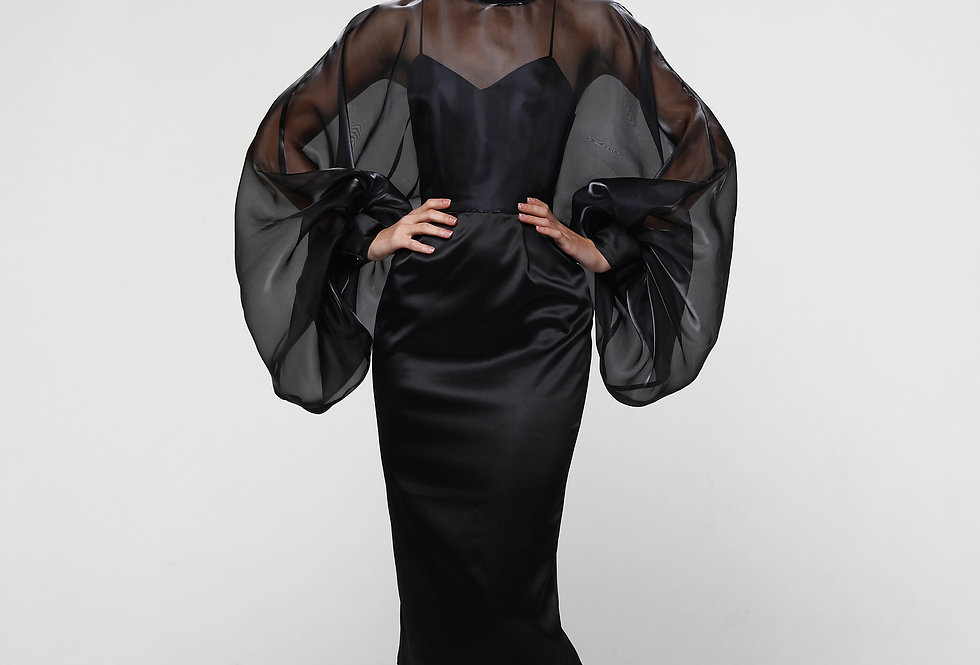 Платье из черного атласа, с пышным рукавами из органзы