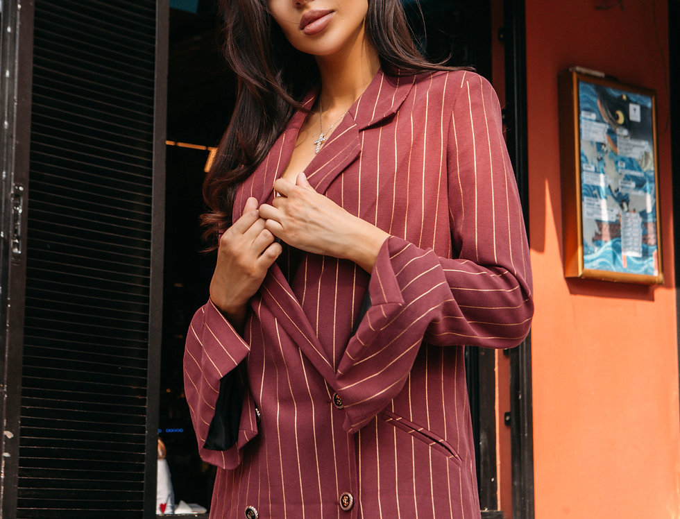 Бордовый пиджак в полоску