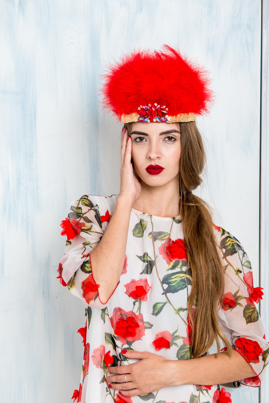 платье дизайнерское в розы с короной
