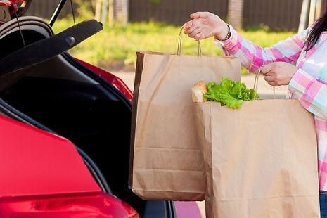 jovem-mulher-colocando-compras-de-um-sup