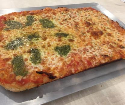 Pizza grande Pesto y 4quesos.JPG