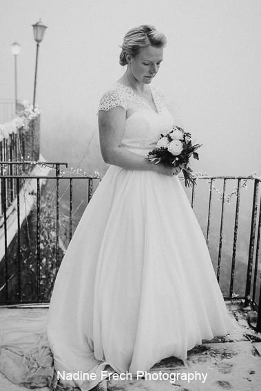 Brautfrisur zu weißem Kleid