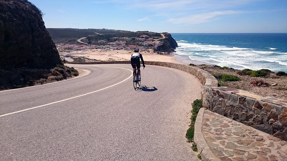 Cycliste en route pour une plage de la costa Vicentina. BikeTours Algarve.