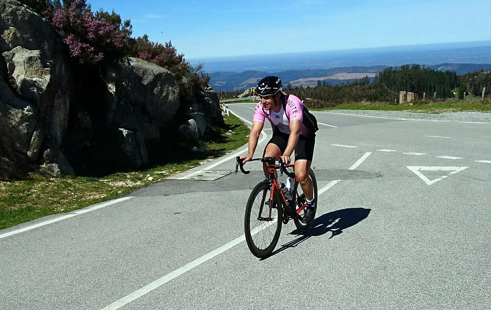 cycliste arrivant en haut de la Foia, le point le plus haut de l'algarve. BikeTours Algarve.