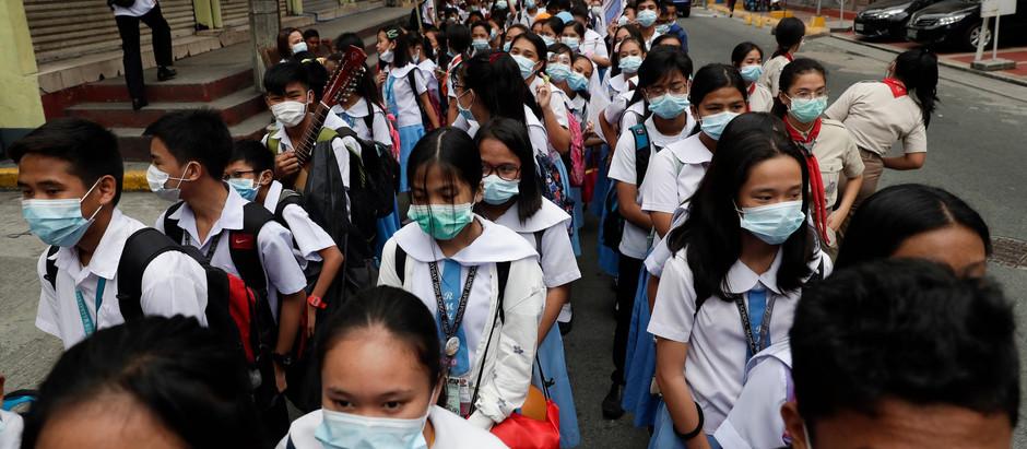 Estudantes usam máscara protetora em Manila