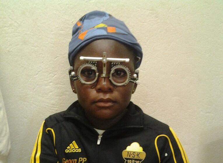Claudia 10 år behöver glasögon.
