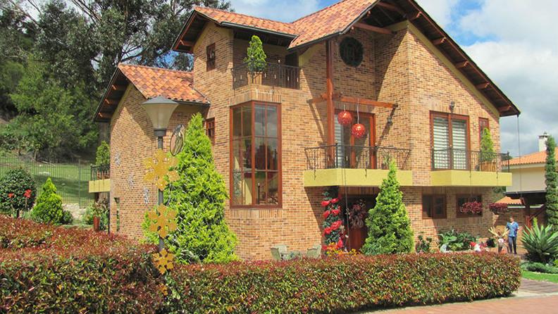 El diseño, los materiales nobles como la madera, el gres, el hierro forjado y el tratamiento de jardines contribuyen a generar la exquisita y cálida atmósfera que envuelve este proyecto.