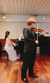 2021年3月 サロンコンサートにてヴァイオリニストの工藤崇さんと共演。(写真はゲネプロ)