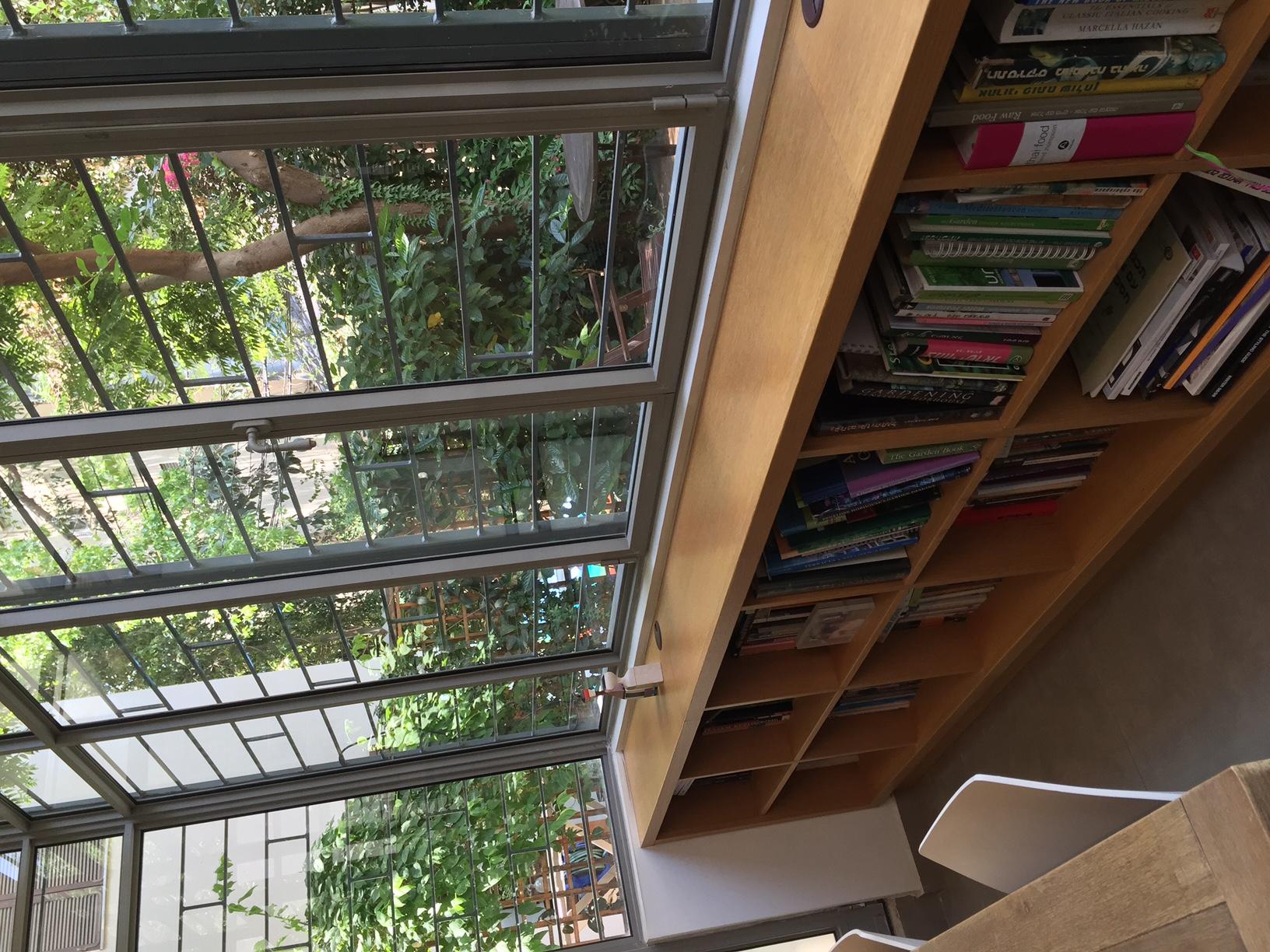 ספרייה נמוכה הפונה לגינה