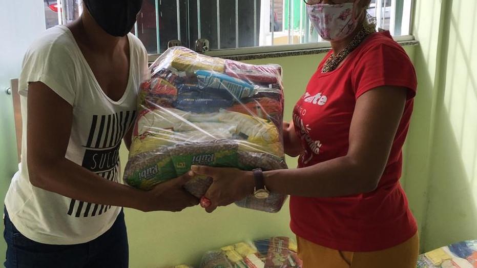 Entrega de cestas básicas às famílias