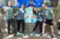 Gründungsmitglieder Verein Green Marathon mit Wegweiser Barbara Urfer Wyss Sarina Wyss Bruno Lafranchi RioBar