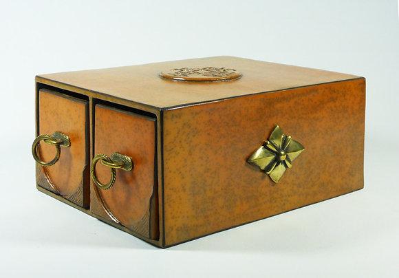 Boîte rectangulaire avec trois tiroirs.
