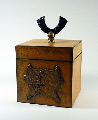 """Boîte carrée avec un motif représentant un """"Barong"""""""