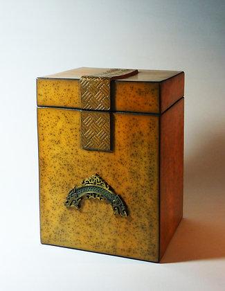 Boîte rectangulaire avec motif en bronze représentant deux têtes de dragons