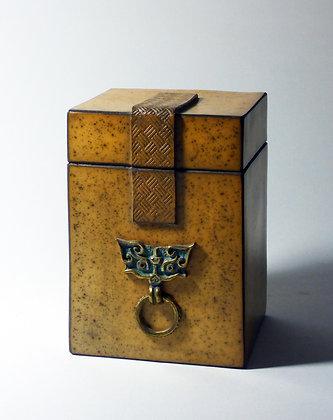 Boîte rectangulaire avec motif en bronze représentant une tête de chauve-souris