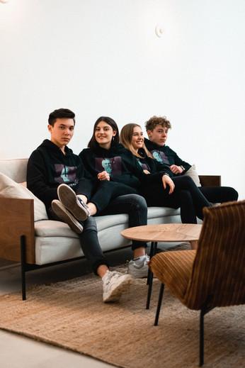 2 Schüler in LYTD Fair Fashion Hoodies mit ihrem Schullogo bedruckt im CVL Gymnasium Kempten