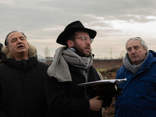 Il viaggio della memoria 2020-il rabbino di Verona intona una preghiera per onorare le vittime