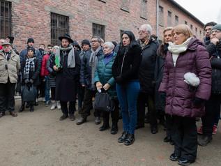 Il viaggio della memoria 2020-momento di preghiera davanti al muro della morte-Auschwitz