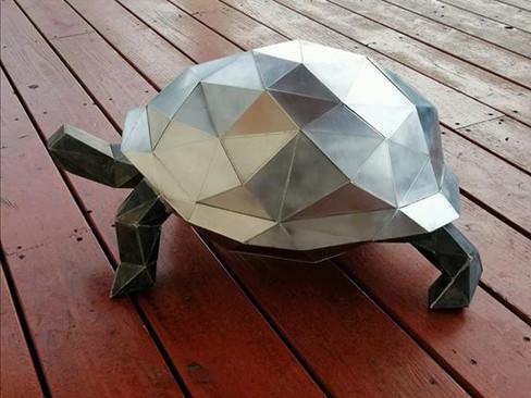 Tortue origami en zinc naturel avec travail de patine.