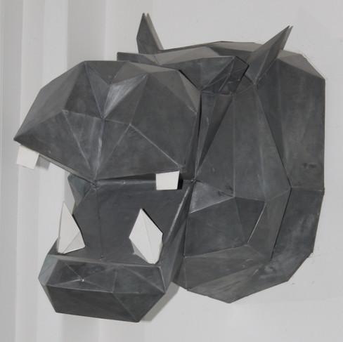 Trophée tête d'hippopotame en zinc naturel avec travail de patine.