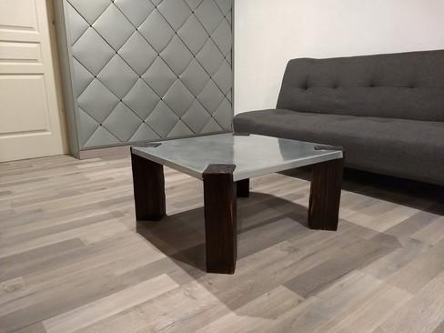 Table basse en zinc naturel et bois brûlé.