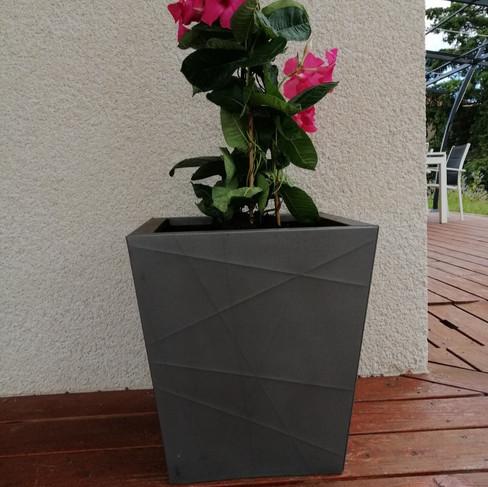 Pot de fleurs en zinc gris avec travail