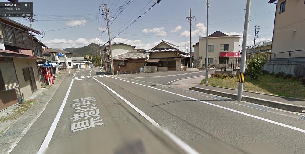 バス停を降りた場所からの写真。右手には「錦」さんが見えるので、その道を進みます。